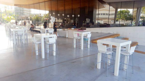 שולחנות וכסאות בר להשכרה